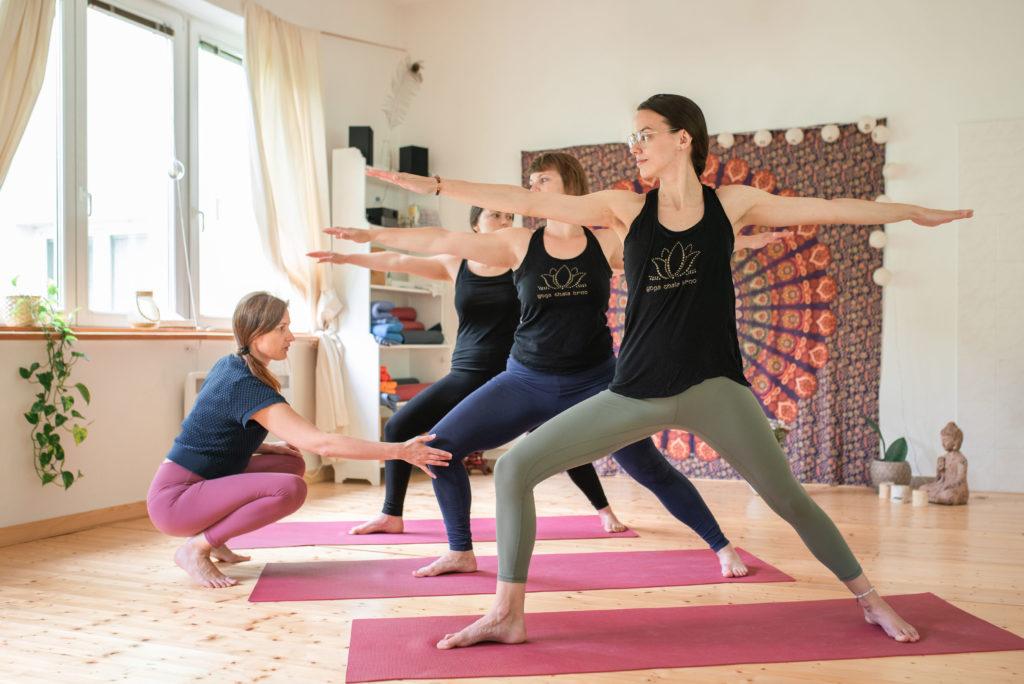 Když budeme pozici cítit, nestane se nám, že bychom v ní byli špatně. I tohle se na našem jóga kurzu naučíme.