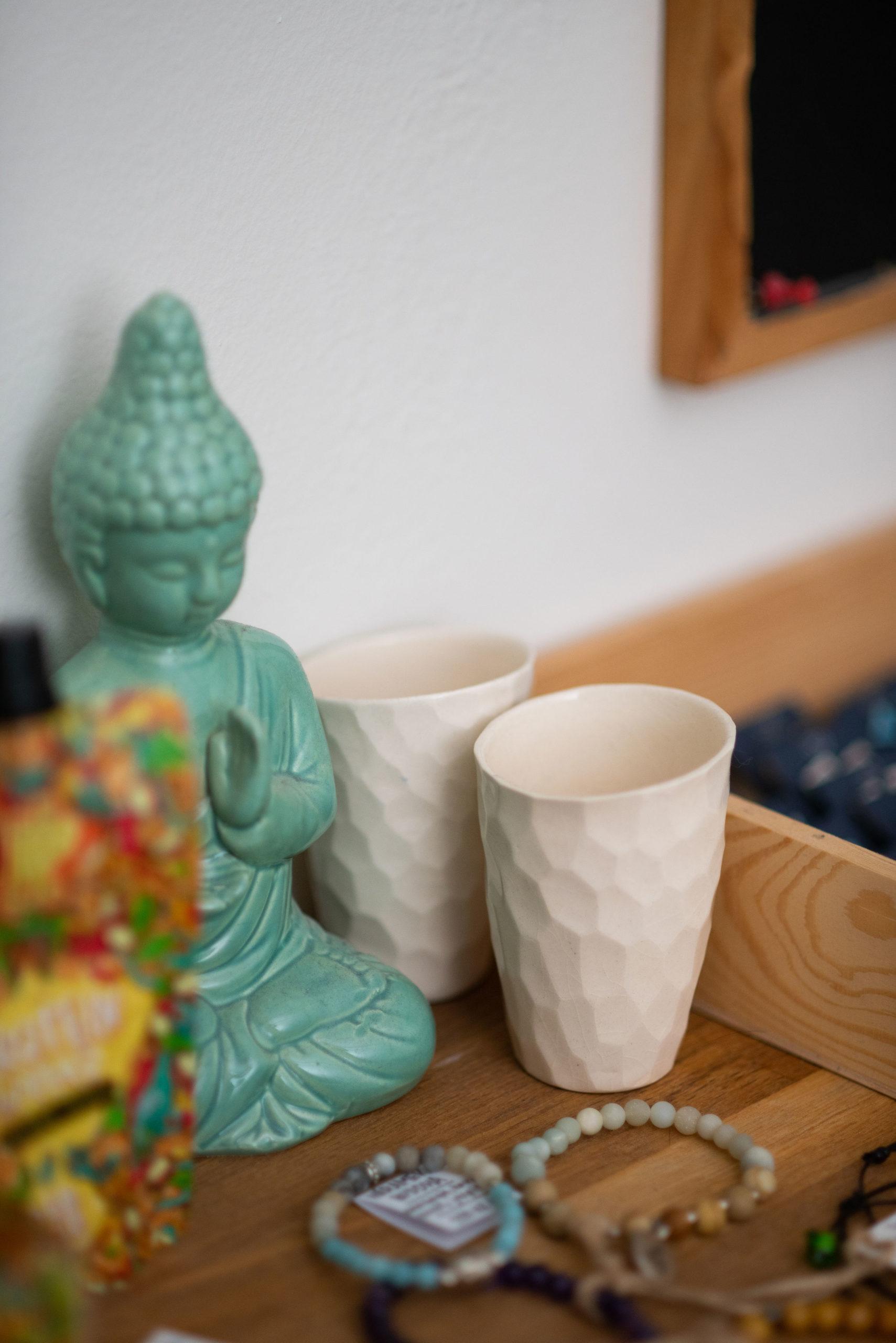 Náš jóga obchod vám nabízí i náramky z polodrahokamů a hrníčky od Evy Huspekové ze studia EH design
